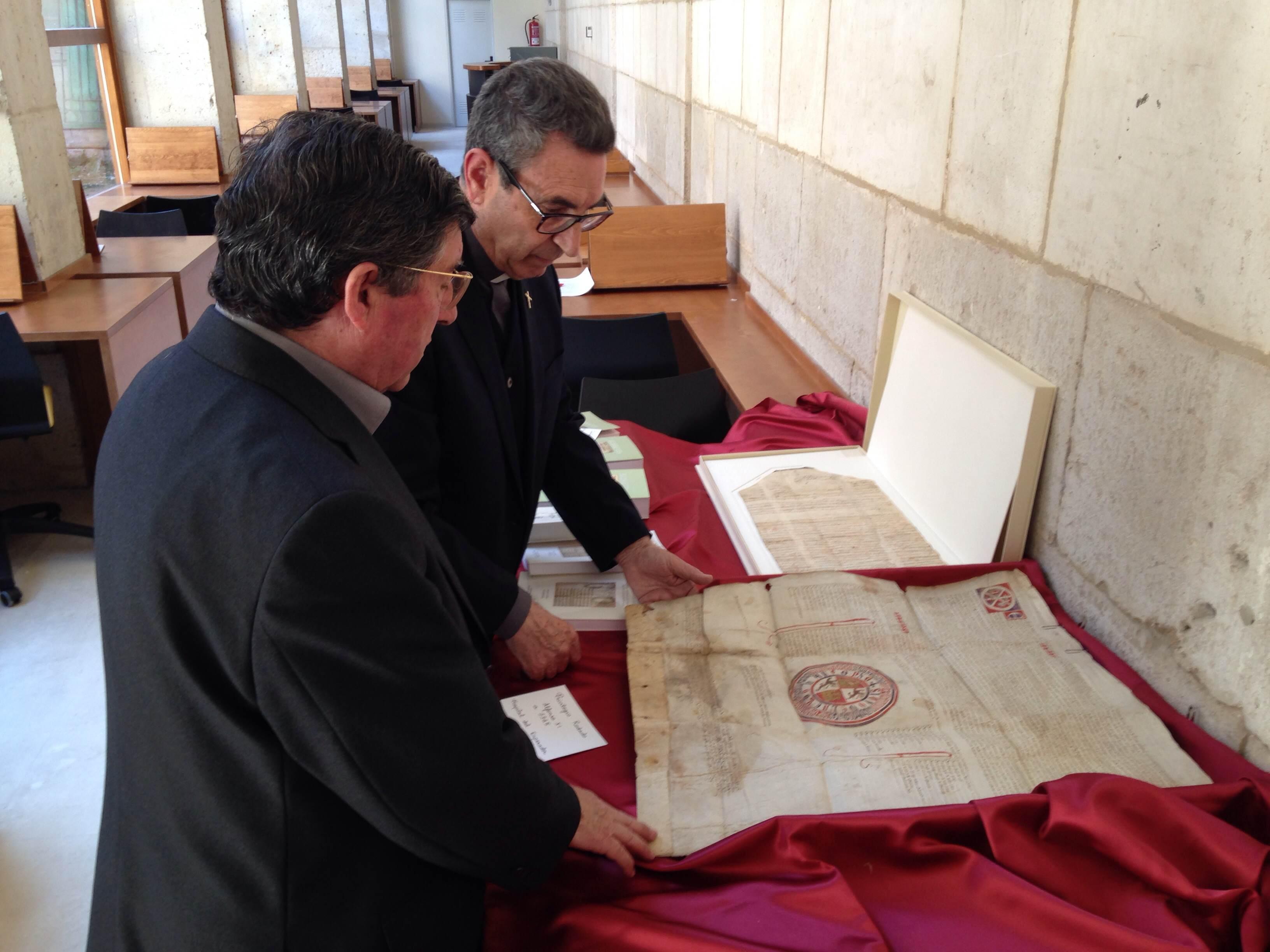 Los archiveros diocesanos analizan un privilegio rodado del rey Alfonso XI al hospital de la beneficencia de la calle Emperador.