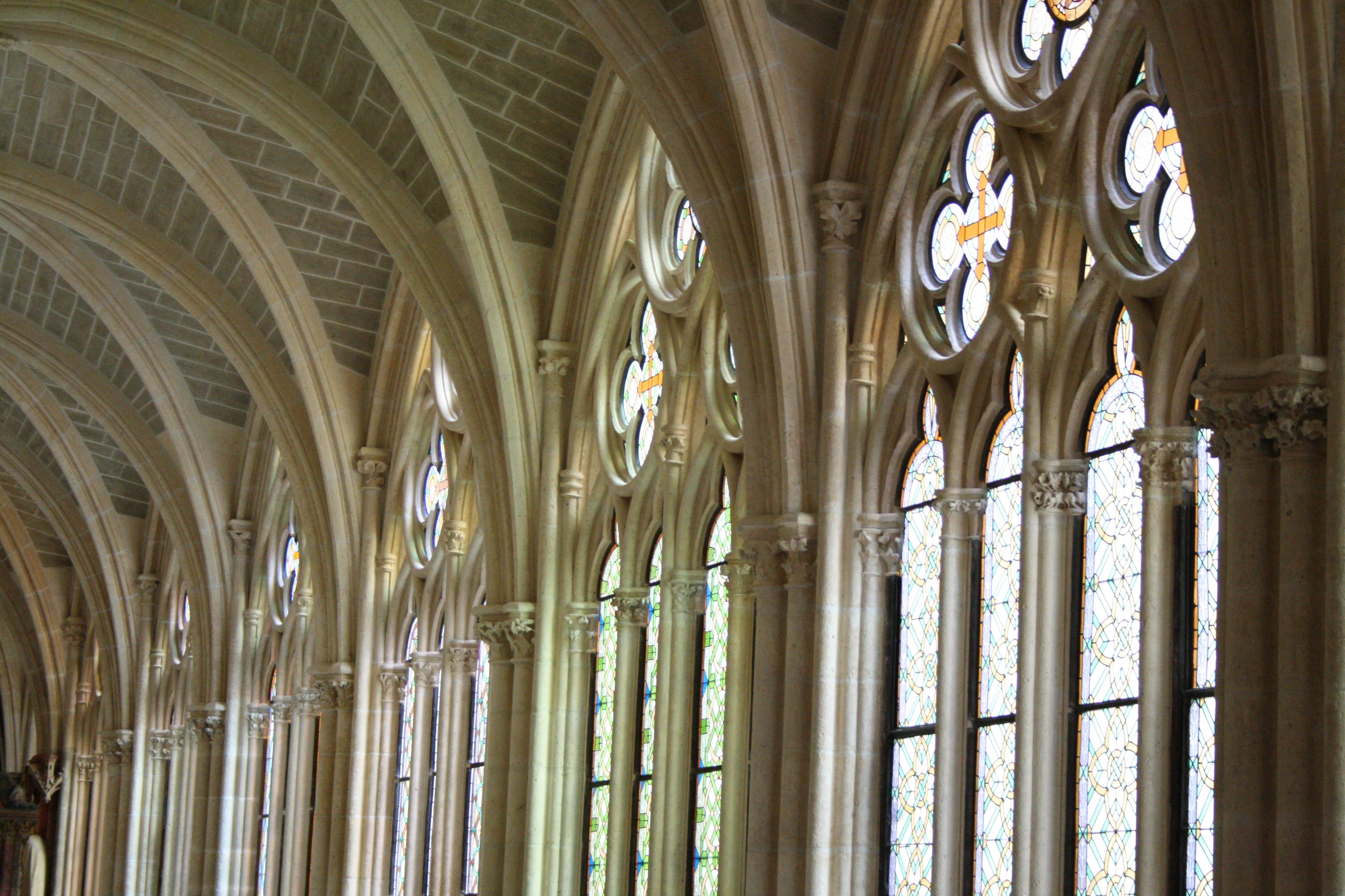 Las vidrieras del claustro son obra del maestro Enrique, quien después cofeccionará las del claustro de la catedral de León.