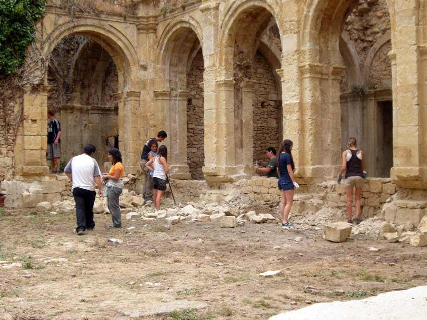 Diversos voluntarios trabajan en el monasterio. Fotos de monasterioderioseco.com.