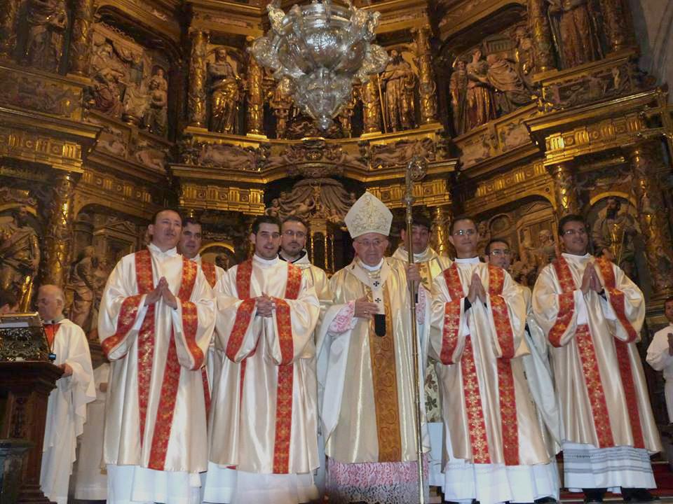 Los nuevos sacerdotes y diáconos, junto al arzobispo.