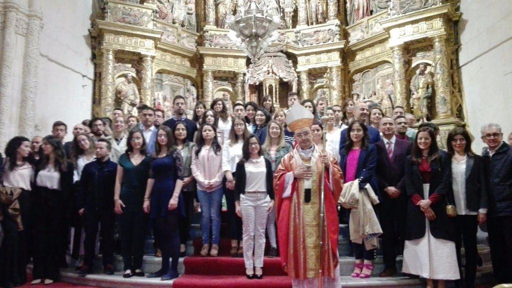Fotografía del grupo de adultos que ha recibido el sacramento.