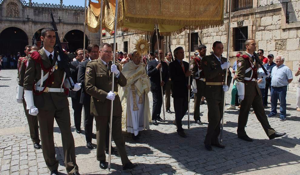 El arzobispo porta el Santísimo bajo palio. Foto: Tribuna de Burgos.