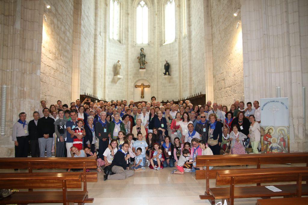 Foto de familia tras finalizar la eucaristía en San Pedro de Cardeña.