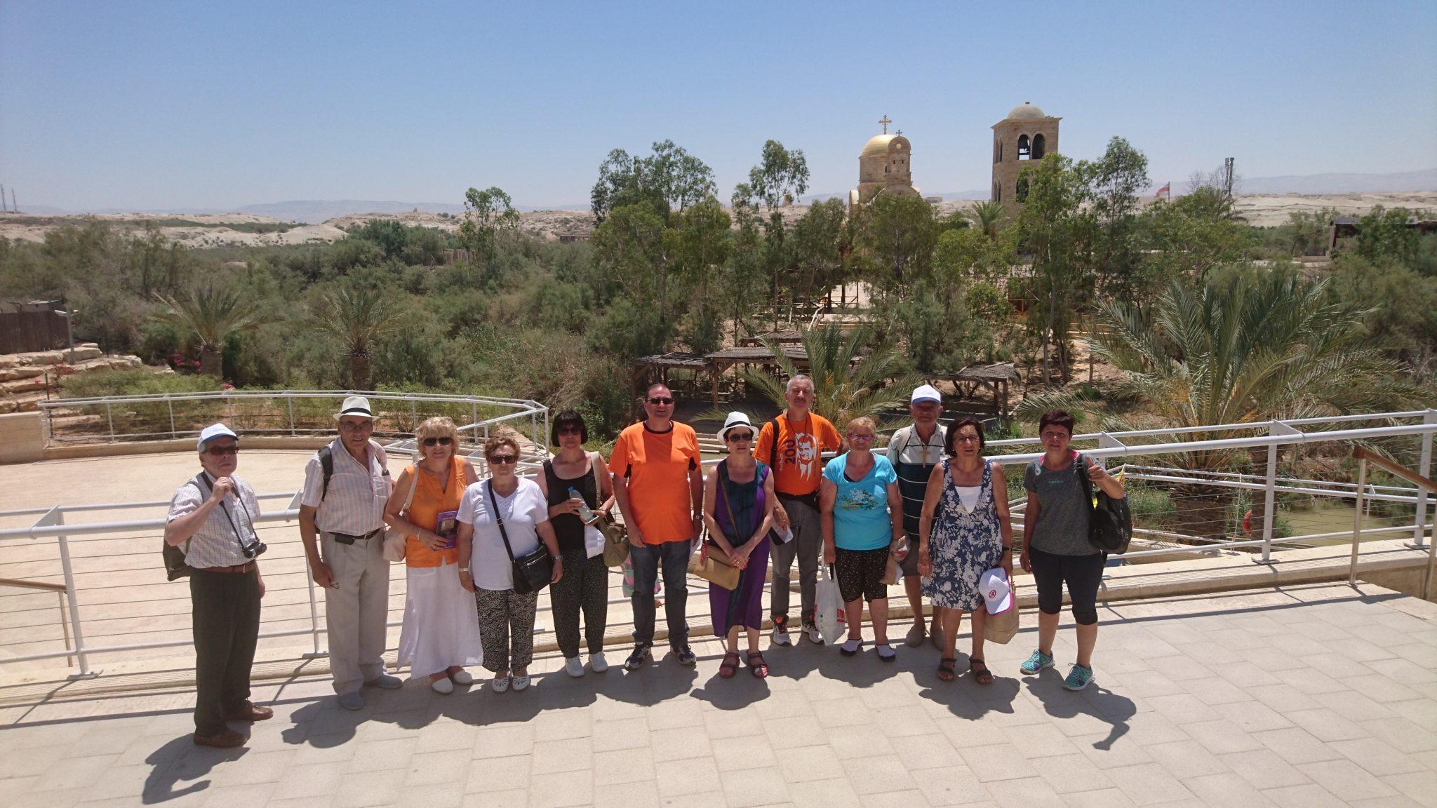 Los participantes en la peregrinación en el lugar del bautismo del Señor.