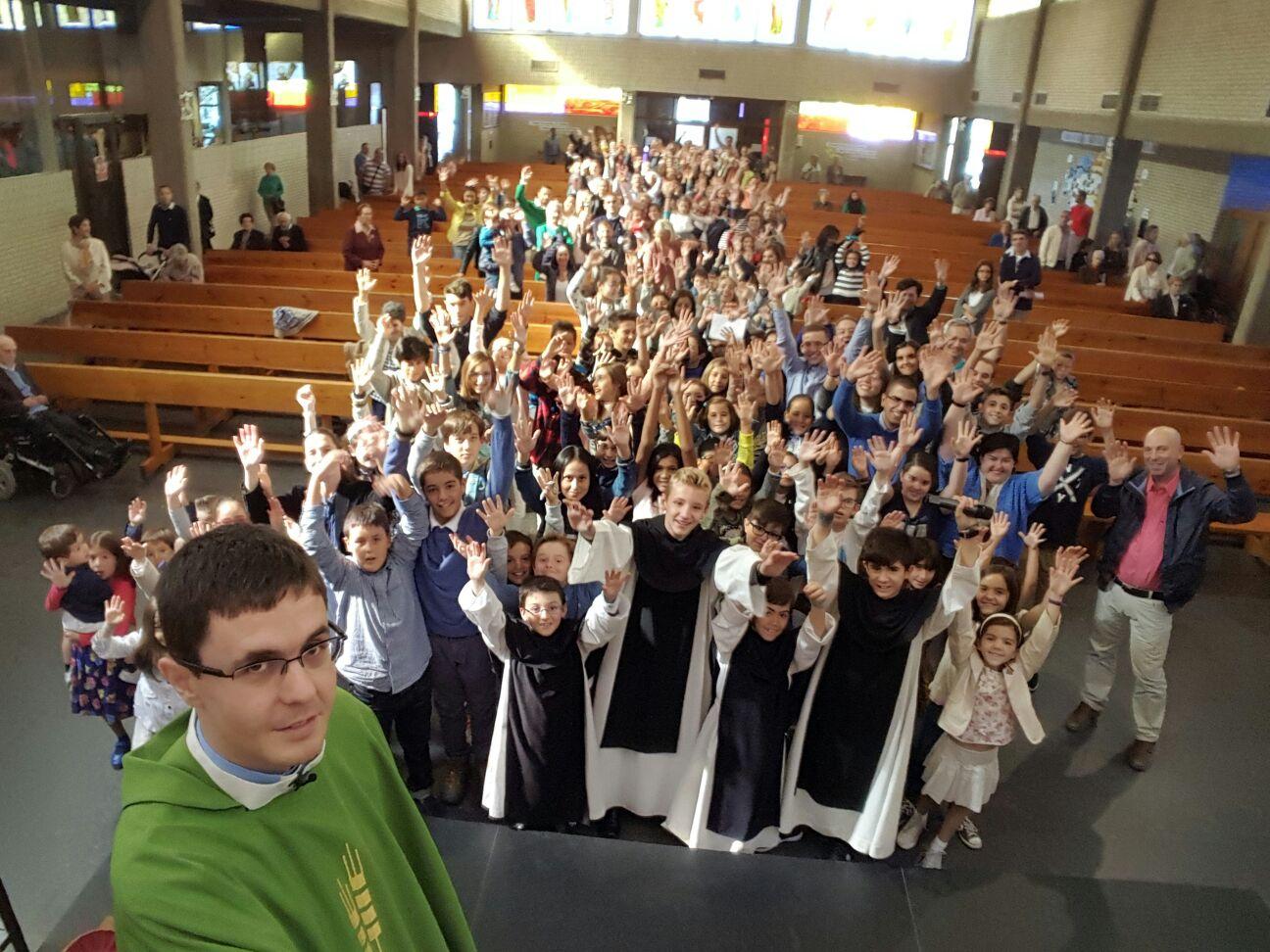 Diego, con los monaguillos, niños y familias de su parroquia.