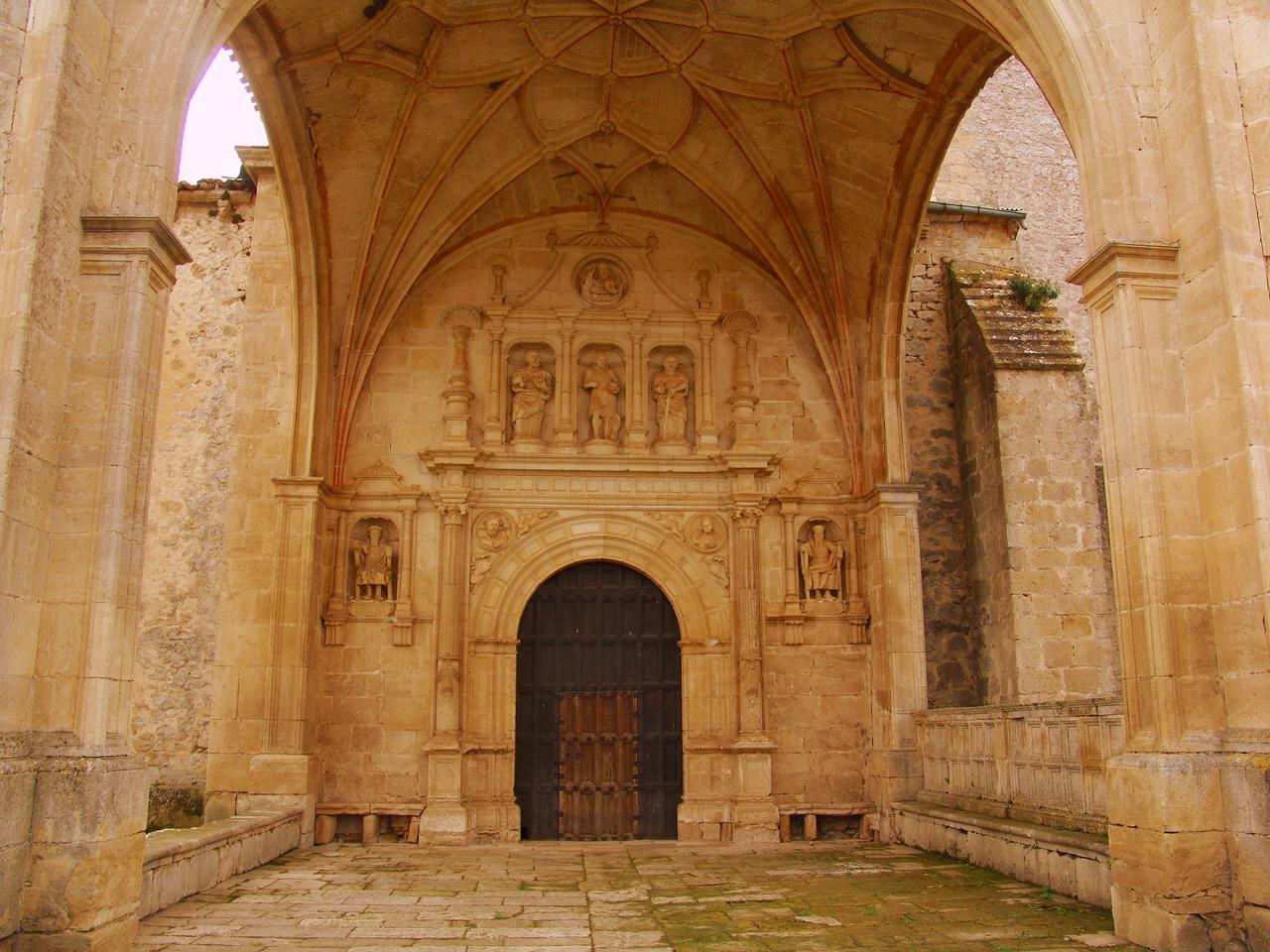 Imagen del pórtico de Bisjueces, de estilo renacentista.