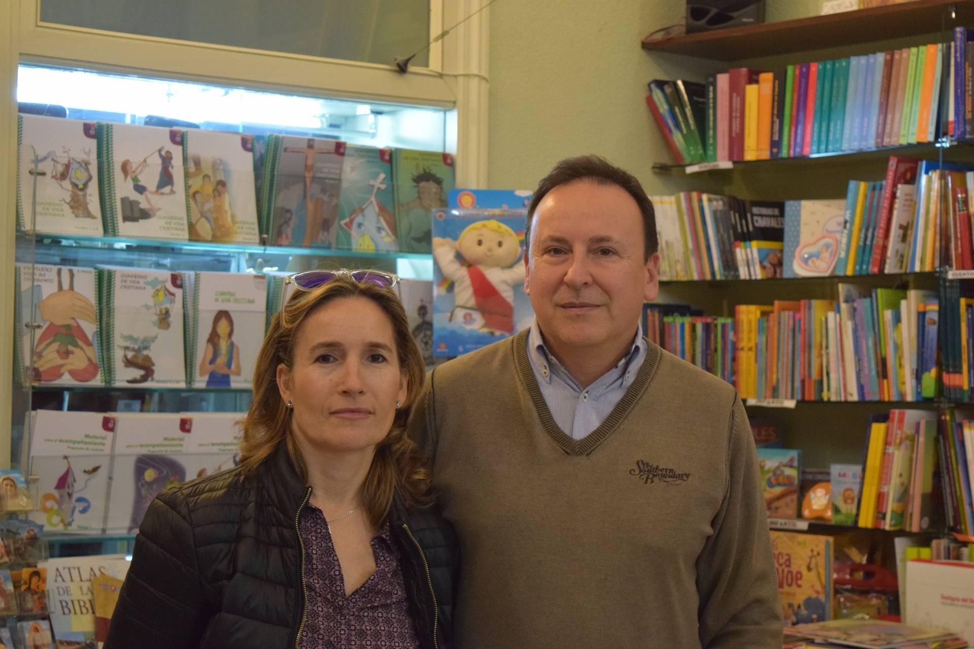 Enrique y Mariasun, en la librería diocesana donde él trabaja.