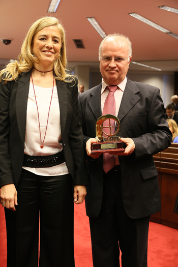 Faustino Catalina recibió el premio «¡Bravo!» de radio en 2014 junto a Eva Galvache.