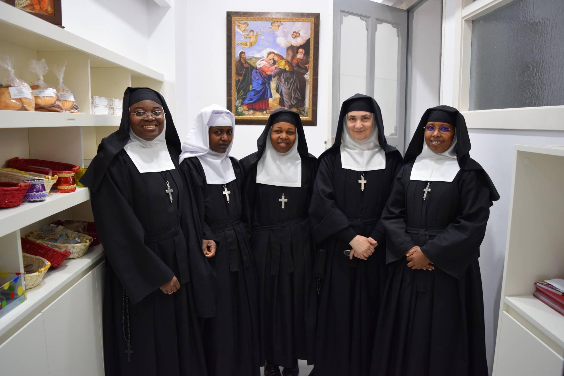 La madre Begoña, con algunas de las africanas que viven en el monasterio de la Visitación de Burgos.