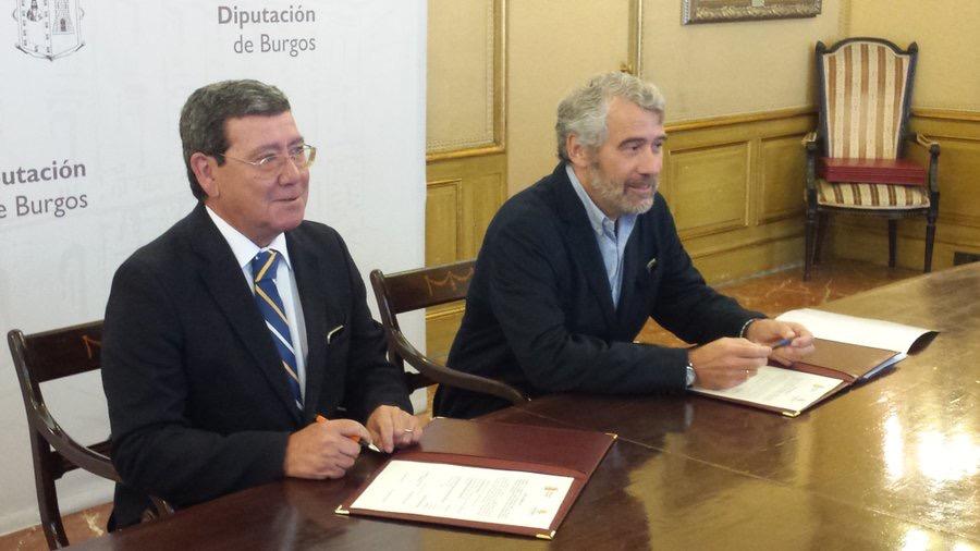 El presidente de la Diputación y el director de Cáritas firmaron ayer el convenio.