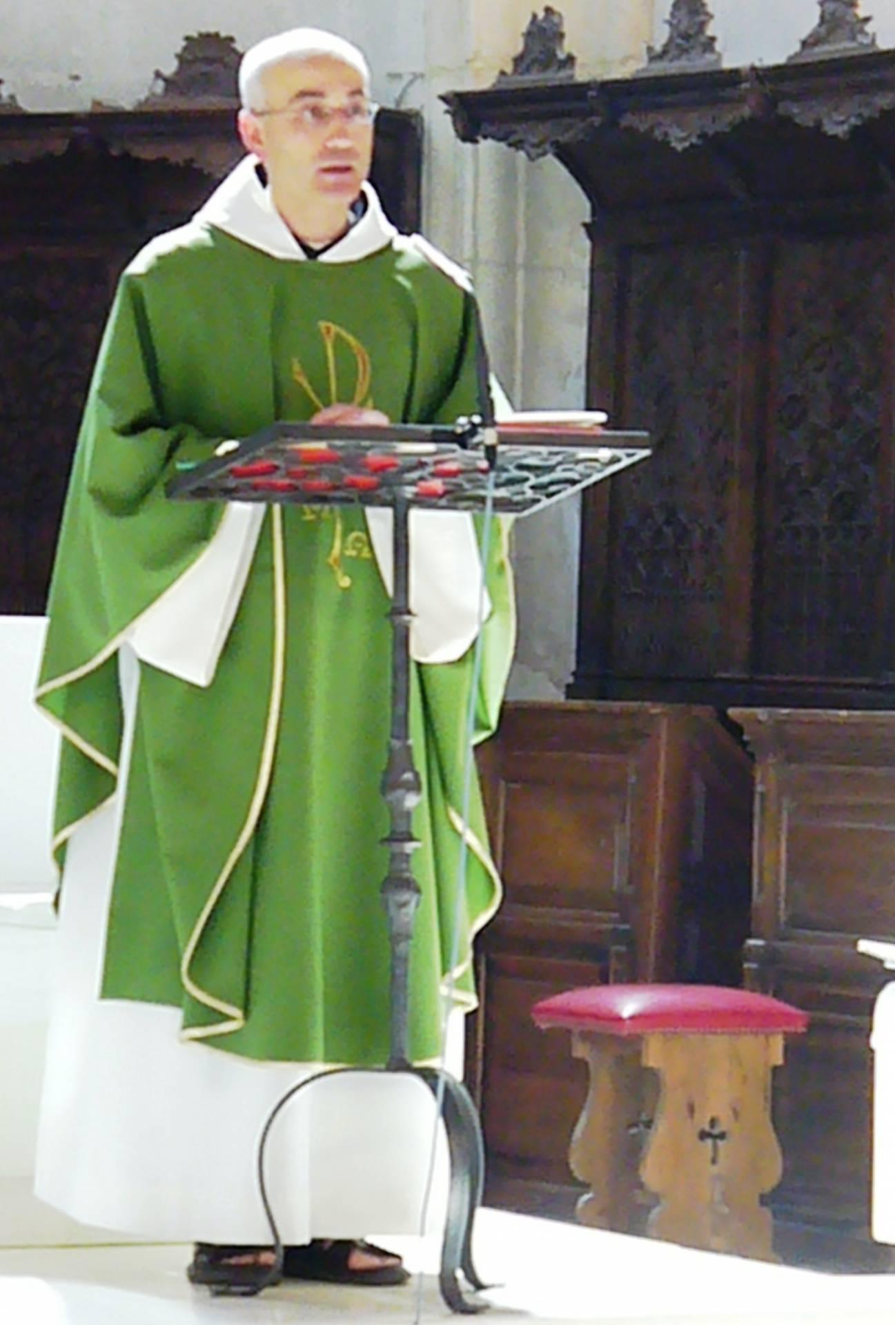 El padre Roberto, en una celebración eucarística en el monasterio.