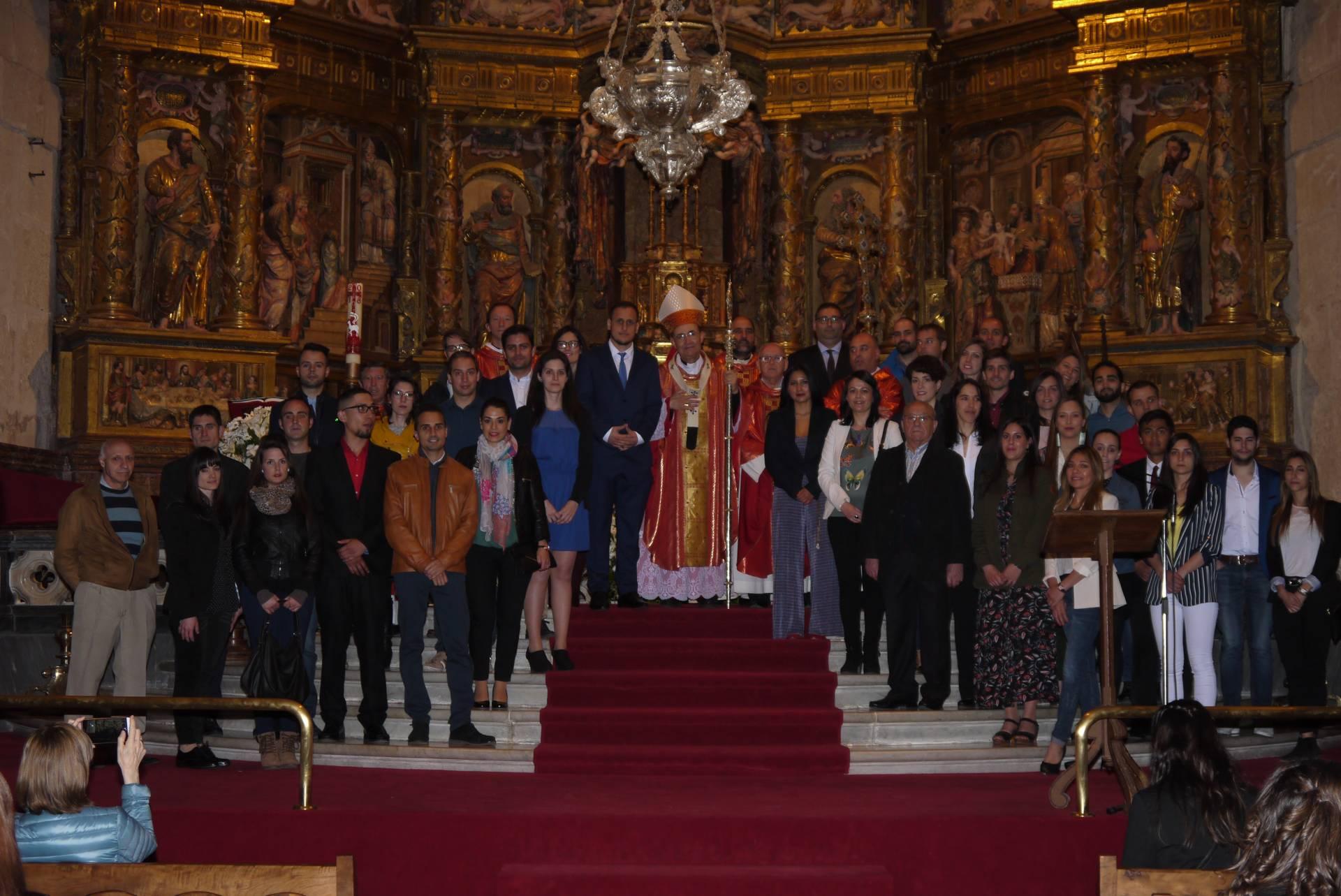 El arzobispo, con los que recibieron el sacramento.