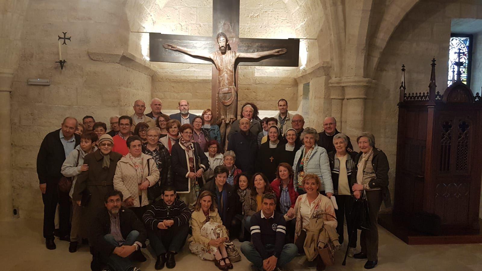 Algunos de los integrantes de estos grupos, junto al Cristo de Benaver.
