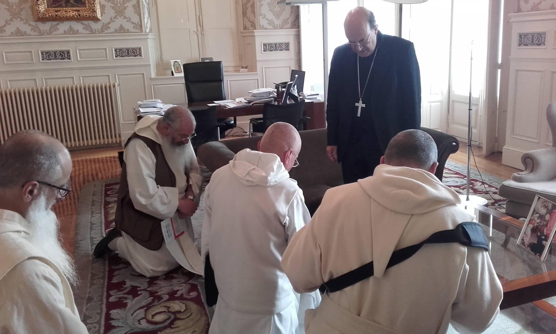 Los religiosos reciben la bendición del arzobispo.