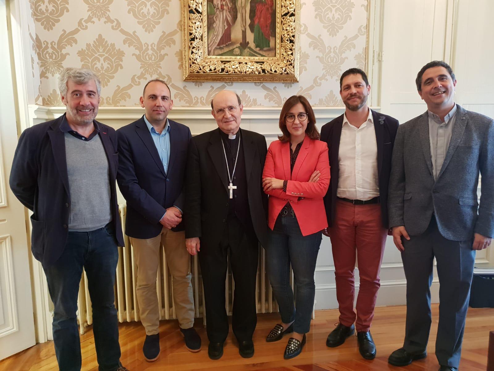 Ignacio, segundo por la derecha, junto al arzobispo y el equipo directivo de Cáritas. Juan José (segundo por la izquierda) ha sido secretario los últimos ocho años.