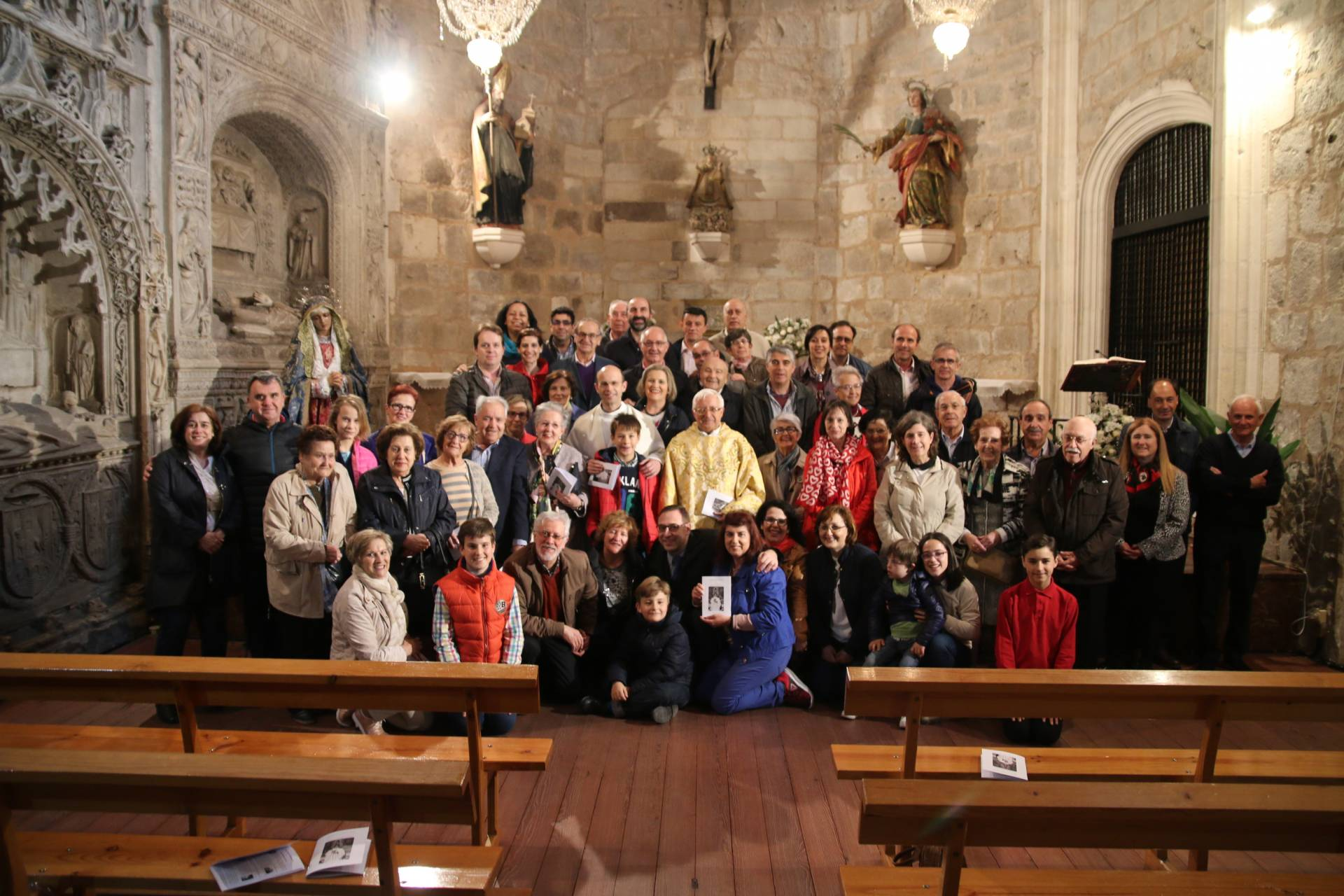 Foto de familia de miembros del movimiento, con Javier en el centro.