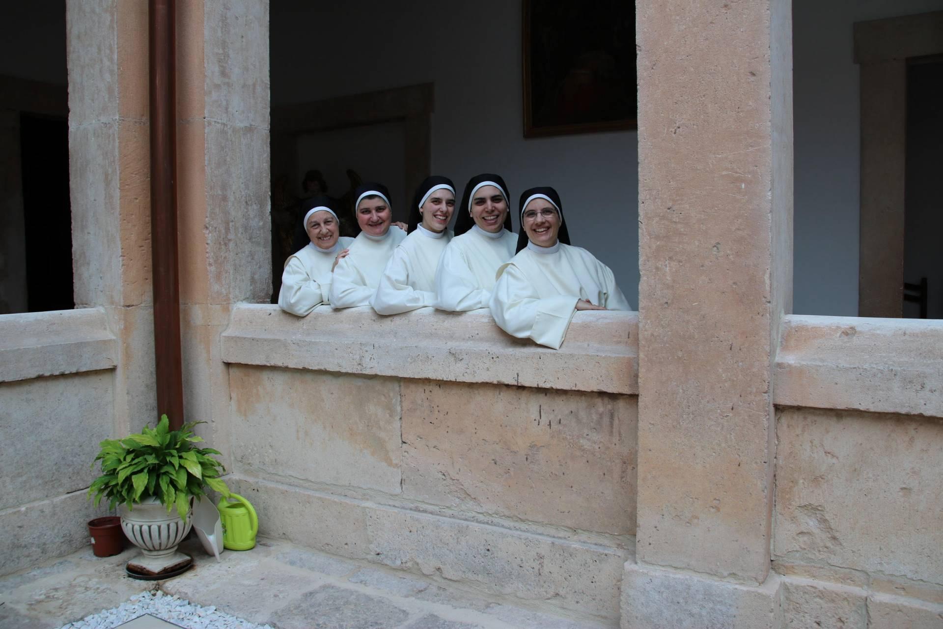 Las cinco religiosas que participan habitualmente en la difusión del «reto de amor».