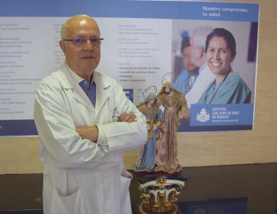 El hermano Florentino, junto al Misterio instalado en el hall del hospital.