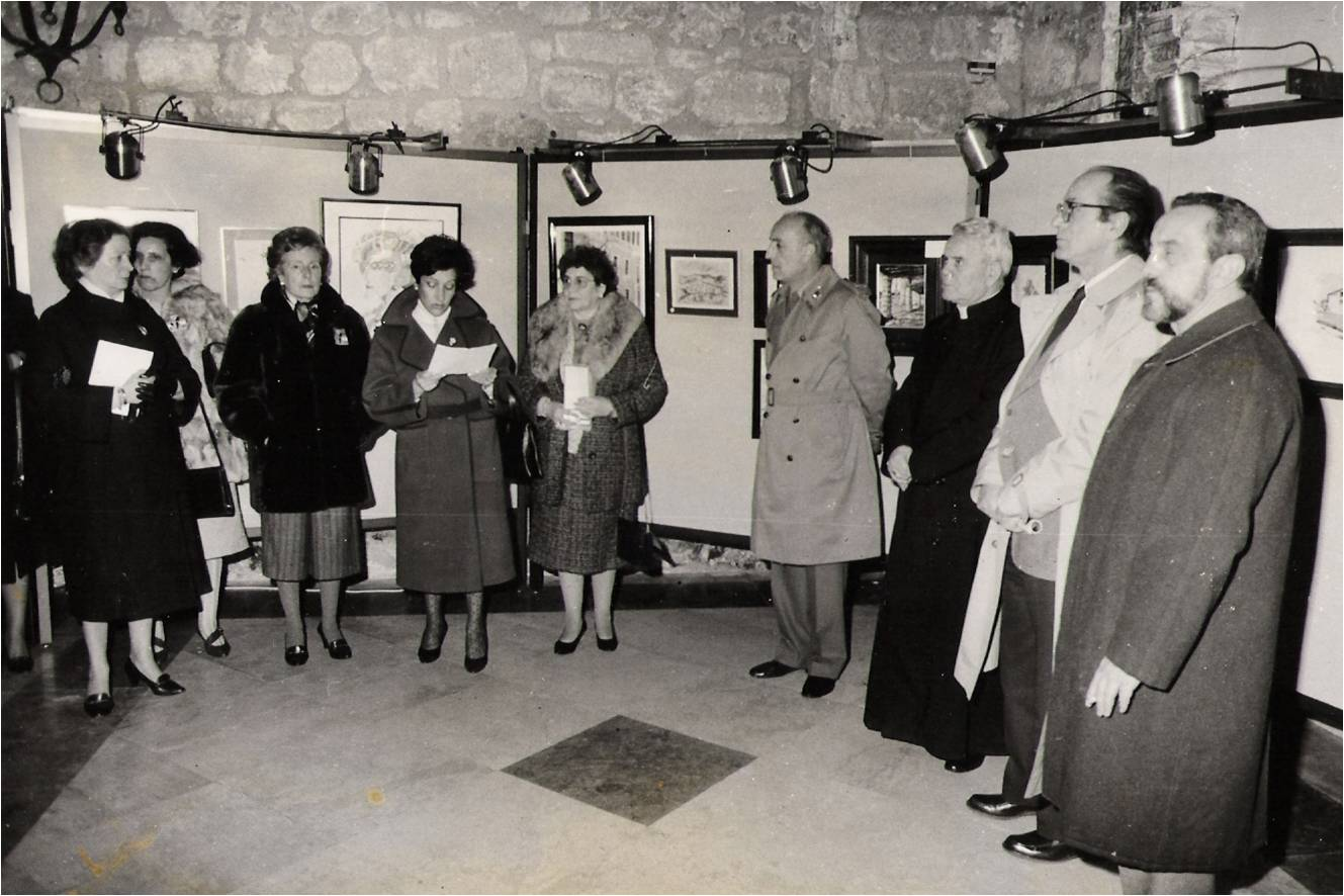 Algunas mujeres y el arzobispo, don Teodoro Cardenal, en la inauguración de un mercadillo solidario.