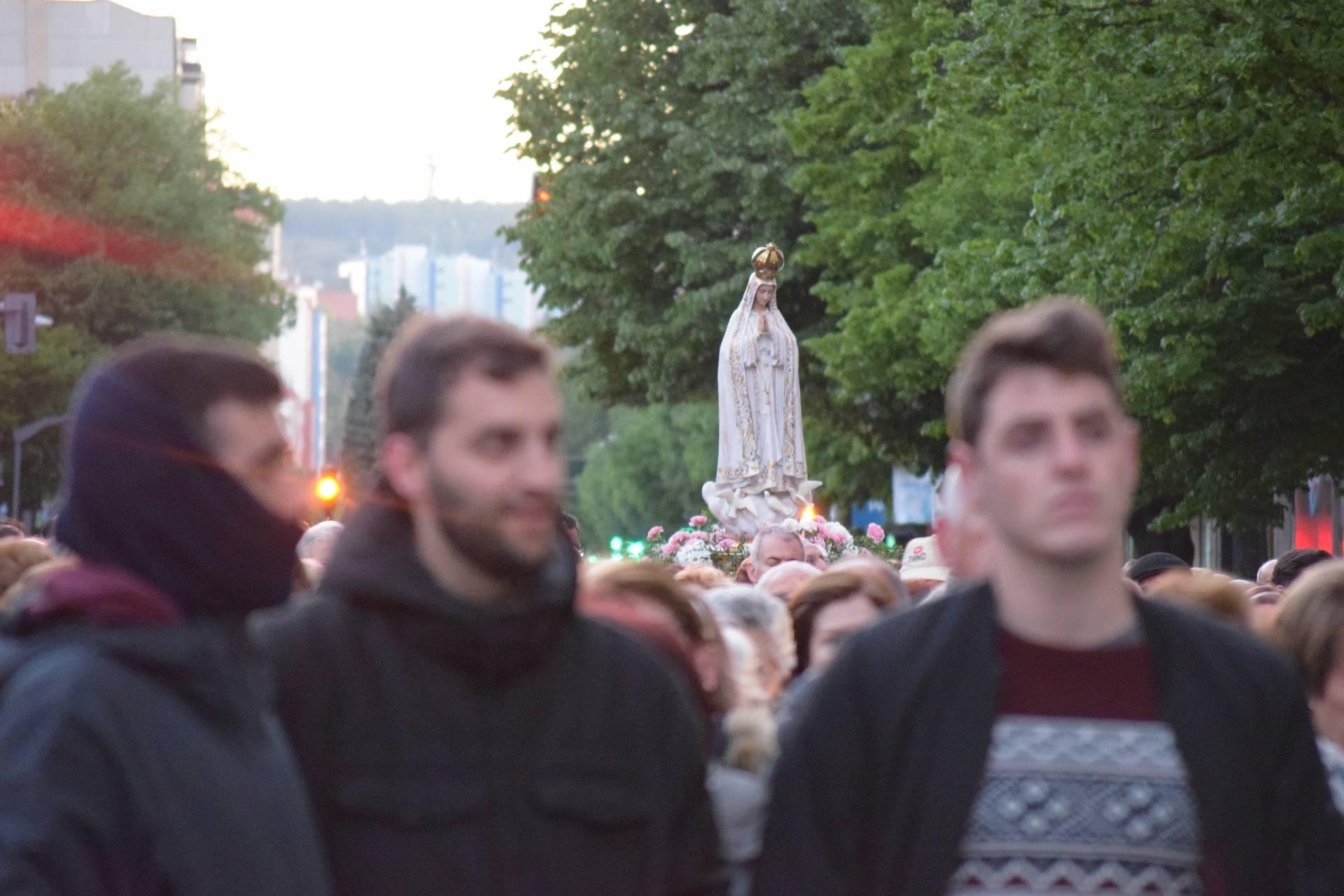 Cada año, una procesión recorre la ciudad al amanecer del 13 de mayo.