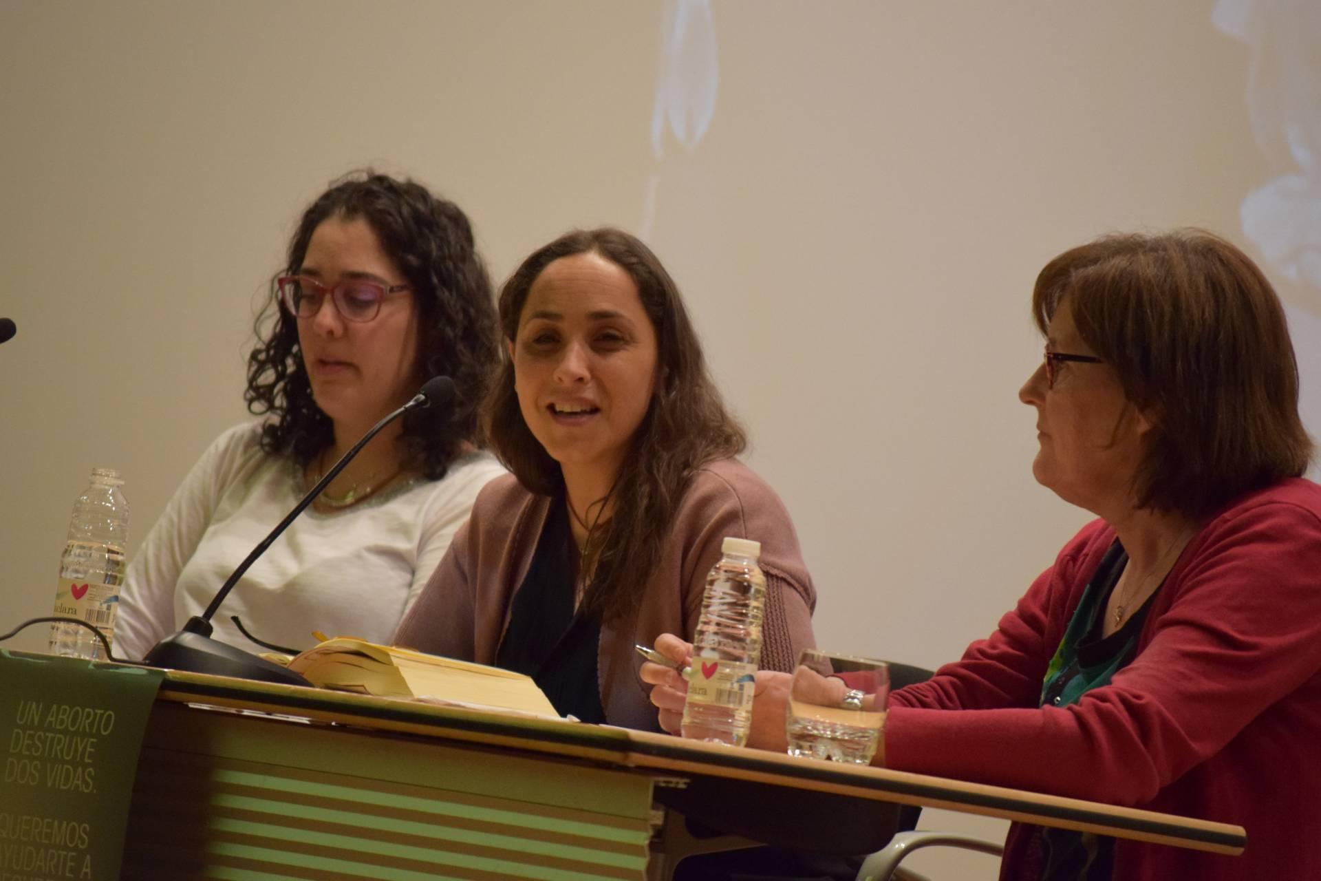 María, en el centro, durante su intervención.