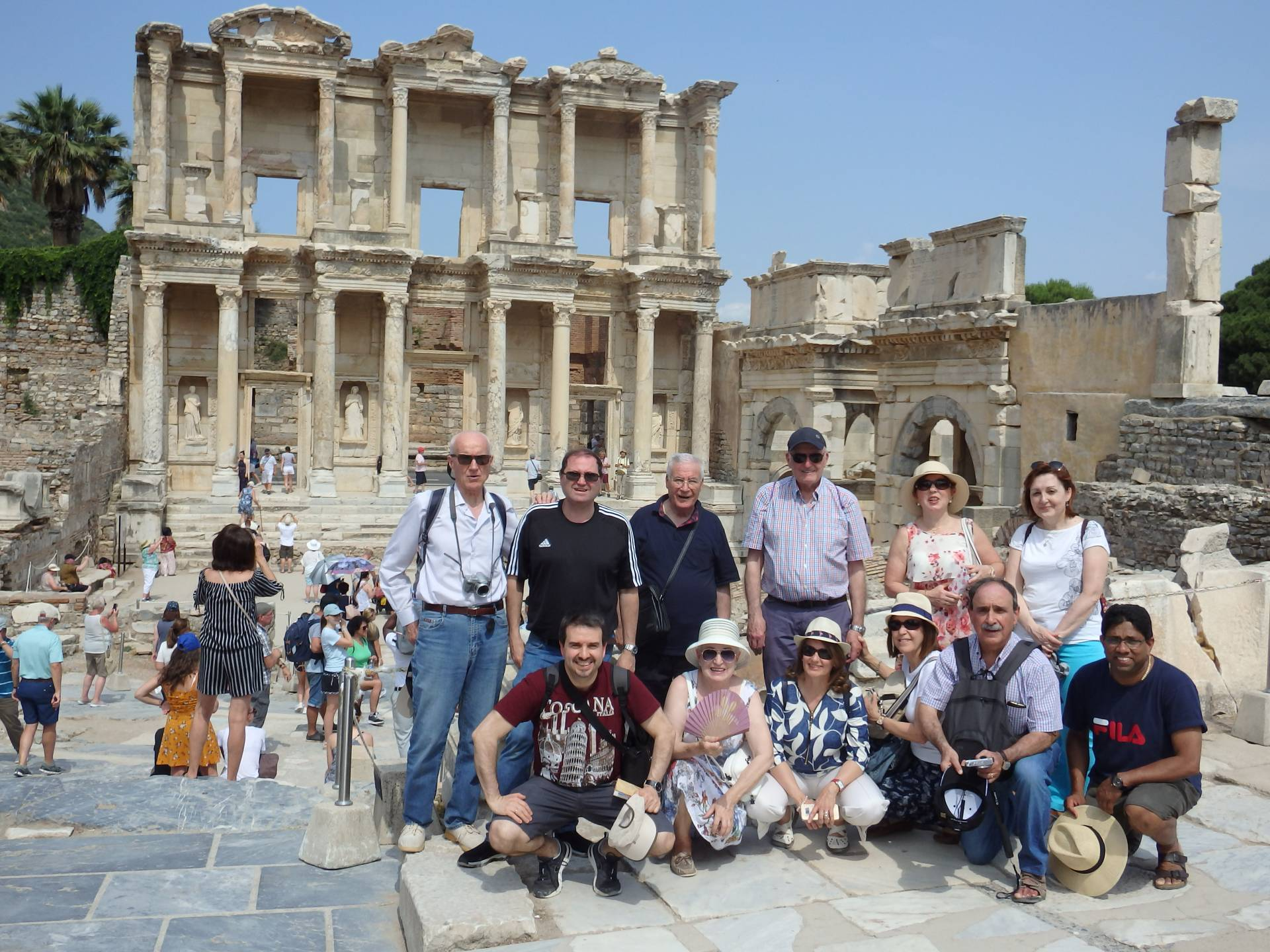 Los peregrinos, en la biblioteca de Celso, en Éfeso.