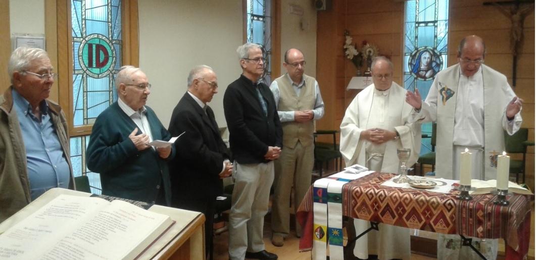 Matías Garrido, a la derecha, celebrando la eucaristía.