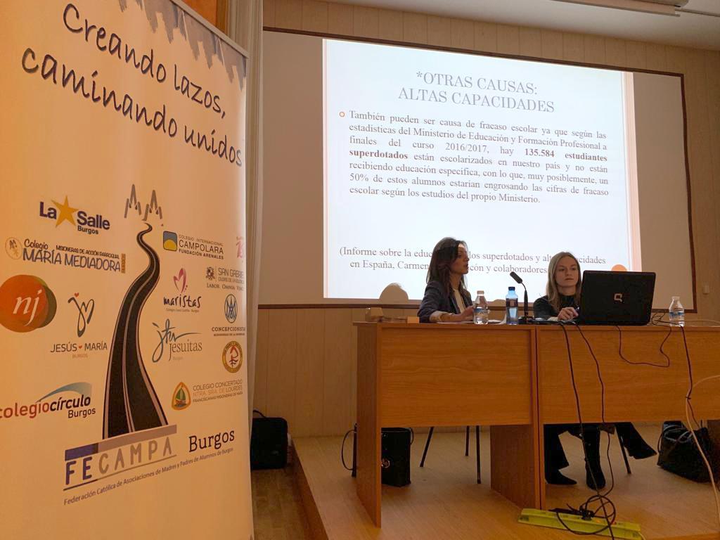 Imagen de la primera de las conferencias de «La gran tribu educativa».