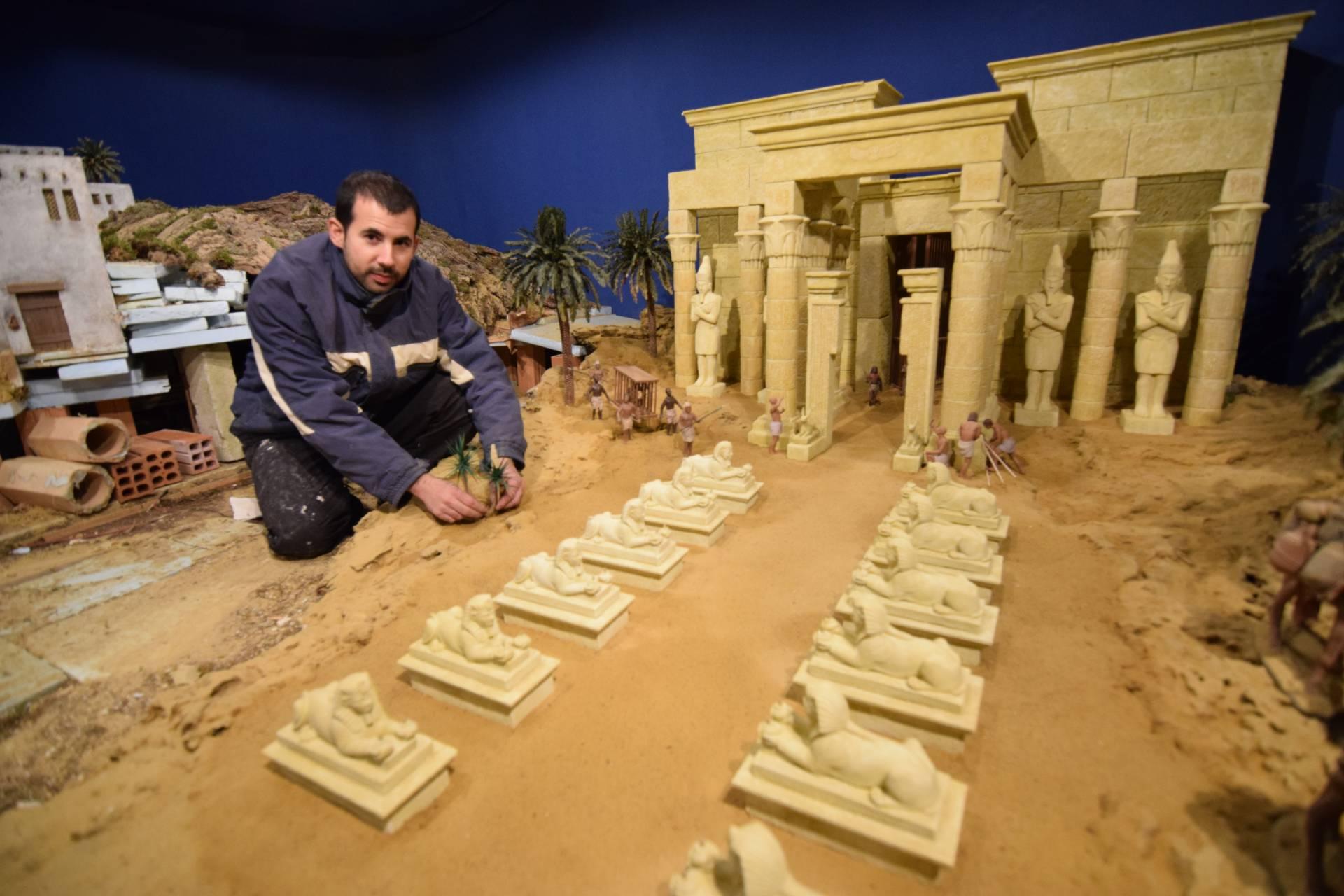Gustavo ha ampliado su templo egipcio y construye nuevas edificaciones para el poblado de Belén.