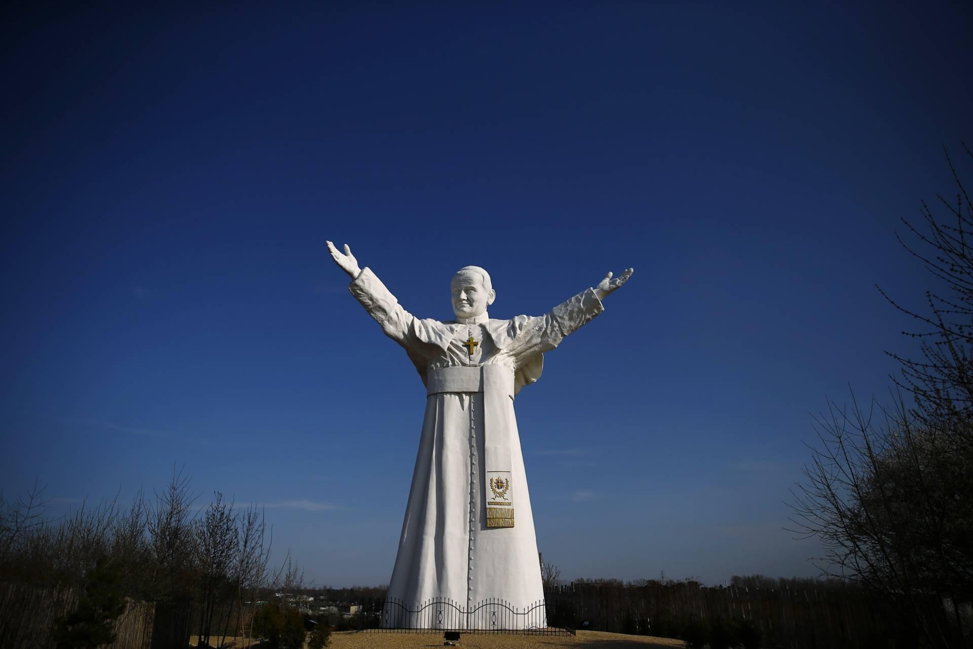 Estatua en homenaje al Papa Juan Pablo II en Czestochowa.